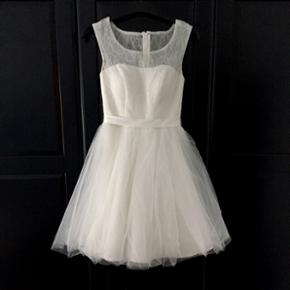 Konfirmationskjole, Claron Str. 34 Råhvid kjole med tylskørt Stadig med prismærke Står som ny/ubrugt Nypris 2499,-  Konfirmation Blonder Kjole Hvid Tyl