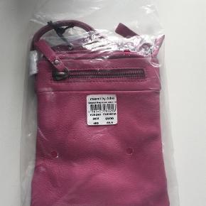 Varetype: Crossbody Størrelse: 16/5 x 1/5 x 21 cm Farve: Pink Oprindelig købspris: 499 kr. Kvittering haves.  NY maanii by Adax - stadig i original indpakning.  MP er kr. 350+porto.