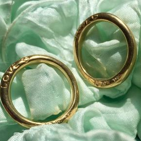2 smukke loveringe nr 3 Udført i 18 karat guld , en med funklende Diamant og en uden diamant. Stemplet 750 samt Olel mesterstempel  Nypris : 27500  Sælges kun samlet  Ring str : 53,5
