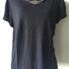 Varetype: bluse Farve: sort Oprindelig købspris: 399 kr. Prisen angivet er inklusiv forsendelse.  bluse/fin t-shirt fra Saint Tropez. str L. med kryds detalje  100% viscose.  brystvidde 112 cm, ænglde 56 cm, ærmelængde 13 cm  bytter ikke til andre varer! har 2 stk   ALDRIG BRUGT!!   oprindelig pris 399,- - sælges billigt til 199,- incl porto