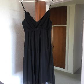 Flot sort festkjole fra Vila Brugt få gange så som ny Vælg en gratis gave med for værdi af max 25 kr
