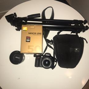 Nikon D3200 pakke, spejlrefleks, 24.2 megapixels, Perfekt  Jeg sælger dette super fine spejlrefleks Nikon D3200 inkl. Nikon Af-S Nikkor 50mm F1.8G linse, stativ og hukommelseskort. Med i dette køb får du også batteri & oplader.  I denne pakke får du stort set alt hvad du har brug for, for at kunne gå på opdagelse i foto-universet. Jeg har taget fantastiske billeder med dette kamera og håber det vil bringe stor glæde hos ny ejer. Kameraet er i rigtig god stand. Der ser ud og virker upåklageligt, samt så får du meget for pengene i denne pakke.  Mere specifikt facts:   Kamera: Nikon D3200  Tilkøbt linse: Nikon Af-S Nikkor 50mm F1.8G  Stativ: Philips SBC 5306 stativ  Hukommelseskort: Sony SDHC 94MB CL10 16 GB  Taske: Nikon taske   3000kr, men er åben for realistiske bud.