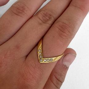 Helt ny Diamond V ring fra Jane kønig - aldrig brugt Ringen har ingen skævheder, ridser eller tegn på at den er blevet brugt. Str: 56 Ringen er nyforgyldt med 14 karat guld, så forgyldningen holder lige så længe som den var ny. Der er 7x 0,01 carat ægte diamanter i ringen Original æske medfølger   Jeg er villig til at bytte hvis du har noget jeg søger