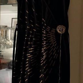 super flot festkjole fra B.Young, sort/guld i str. L i plisseret stof. 100 % polyester. der følger et lille bælte med. næsten som ny bud fra 300 kr + evt. forsendelse  *Handel kan foregå kontant, via TS, bankkonto & Mobilepay*