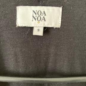 Fin, let sommerkjole fra Noa Noa med perlebrodering og V-udskæring. Kjolen changerer fra hvid fortil til sort på ryggen.  Ved køb af flere ting giver jeg gerne et tilbud på prisen. Se evt. mine øvrige annoncer.