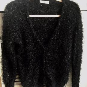 Lækker sort blød fluffy cardigan med glimmer tråd i strikken, knaplukning brugt 1 gang er som ny.