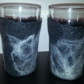 Varetype: Andet Størrelse: Pokal glas 35 cm højde Farve: Mørkegrå  Lækre holdere til varme drikke. Nu er set slut med at brænde fingrene,  når du servere fx kaffe eller cafe latte i glas.    Filtet glasholdere til pokalglassene fra Ikea.  Laves i de farver; du ønsker. 30 kr stk. 35 kr incl glas.