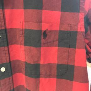 Lækker skjorte i fin stand.  Farve rød og mørkegrå tern.