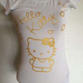 Varetype: Smart natsæt med shorts og Hello Kitty Størrelse: Xsmall Farve: Hvid/guld  Sødt natsæt med top og shorts med Hello Kitty i guldskrift. Velholdt.  Farve: Hvid/guld Se også mine øvrige annoncer. Bytter ikke. (13)