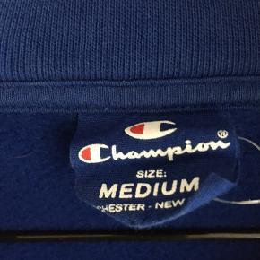 Super fed champion hoodie i str. m. Lidt lille i størrelsen, så en small kan også passe den. God stand.  Byd:))