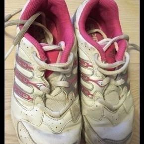 Adidas sko str 32- fast pris -køb 4 annoncer og den billigste er gratis - kan afhentes på Mimersgade 111 - sender gerne hvis du betaler Porto - mødes ikke andre steder -  bytter ikke