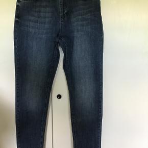 Helt nye jeans fra Denim Hunter Celina long custom slim fit Str 35/32 Har skrevet str. 44, da jeg er en str 42 og de er lidt for store til mig. Aldrig brugt, og stadig med tag Oprindelig købspris 700 kr. Sælges for 300 kr. incl. porto Bytter ikke