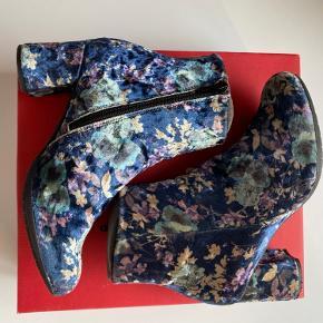 Fantastisk smukke statement støvler fra Wonders - et mærke der er kendt for at lave fantastisk fodtøj.   Støvlerne er brugt er fåtal af gange og passer godt på.   Nypris 1099,-