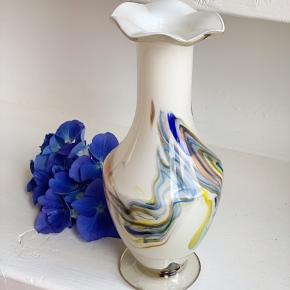 Skøn glasvase i hvid med multifarver. H 19