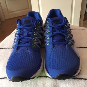 Nike zoom vomero 9 sko str 44 aldrig brugt, derfor skal de sælges. Køber betaler fragt.
