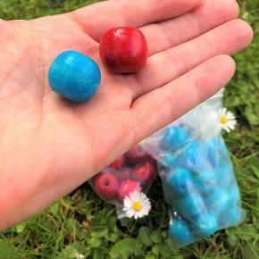 Gode træperler, der er bejsede / malet i flot rød og turkis.  Perlerne er ca. 2 cm i diameter. Hulstørrelse ca. 2 mm.  Flotte, chunky til at arbejde med for voksne, og store nok til, at forholdsvis små børn (dog mindst 3 år pga. størrelsen) kan lege med dem.  Sælges med god mængderabat, fx: 10 stk 54 kr. 25 stk 90 kr. 40 stk 126 kr. + evt. porto.  Kan afhentes på Frederiksberg.