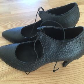 Flot sko i læder fra Ecco brugt engang er desværre for høj.