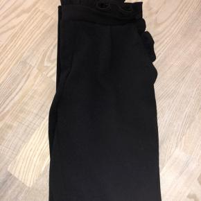 Fine bukser i løst stof fra Pieces med detaljer ved livet. Der kan også følge bindebånd i sort med hvis det ønskes. Sidder rigtig flot, især med et par støvler med hæl ☀️