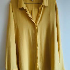 Fin skjorte i den lækreste og blødeste kvalitet. Jeg har købt den for et oversize fit. Farven har været lidt svær at fange på billeder. Men det er en klar gul uden at være pang.