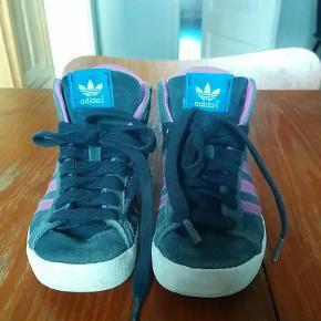 Mega fine Adidas sko. Stadig masser af mønster i sålene.