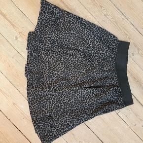 Fin stand, kun Lollys'mærket inden i nederdelen, sidder løst i den ene side.