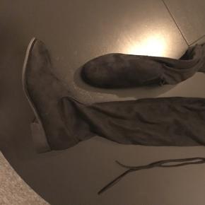 Over the knee støvler med bindedetalje bagpå. Suede materiale. Aldrig brugt. 100kr. ellers BYD