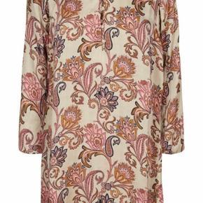 Rigtig fin kjole i det smukkeste print fra Mos Mosh. Den har trekvarte ærmer og rund halsudskærring som lukkes med knapper.  Falder super flot og kan også bruges over et par smalle bukser hen over efteråret. Str. XS men kjolen er rummelig så str S samt M vil også kunne passe den 💕🌸