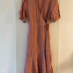 Super smuk kjole fra And Less, har aldrig haft den på. Den har ligget i mit skab og derfor er den lidt krøllet men står som ny 😌