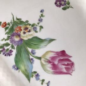 Saksisk Blomst, fad 45 cm i super stand bortset fra afslag på kanten, se billede. Sælges pga flytning.