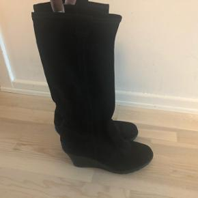 Lange støvler i blødt ruskind. Mærke huskes/ses ikke, men de er købt på Gl Kongevej