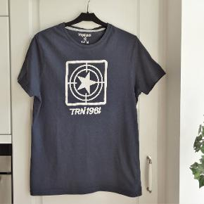 T-shirt, TRN1961, str. M, Blå, Næsten som ny  Pæn og smart blå T-shirt fra TRN  Sender gerne hvis køber betaler fragt 36 kr sendt med GLS er med forsikret forsendelse  Kan betales med mobilepay eller Bankoverførsel