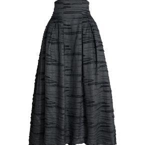 Varetype: H&M HM Conscious Collection Exclusive Galla nederdel 34 Farve: svart  CONSCIOUS EXCLUSIVE. Lang, vid nederdel i jacquardvævet kvalitet af økologisk hør, morbærsilke og bomuld. Kvaliteten har en patineret struktur med let slidt look. Høj talje foran og lidt længere bagtil med skjult lynlås. Læg foroven og sidelommer. Den er lidt længere bagtil og er foret med tyl.    73% hør, 16% silke, 11% bomuld. Kemisk rens    Storlek: 34    Mäter ca 64 cm i taljen. Ingen stretch.  Fast pris: 1299 dkk+ 149 dkk frakt  Ny och oanvänd med tags kvar.  Eftersom jag inte längre kan använda mig av nya Trendsales TS-handel då jag inte har danskt bankkonto så sker garantibetalning via PAYPAL. Vid intresse, meddela vilken storlek du önskar och skicka din mailadress som ett privat meddelande så sänder jag en request/ penningförfrågan via PAYPAL.    Plagget skickas som frakt med spårnummer med POST NORD.  Kommentarer som inte har med budgivning att göra undanbedes