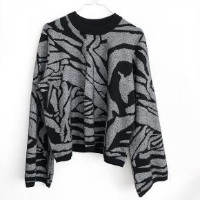 H&M sweater i sort og sølv   størrelse: L   pris: 200 kr   fragt: 37 kr