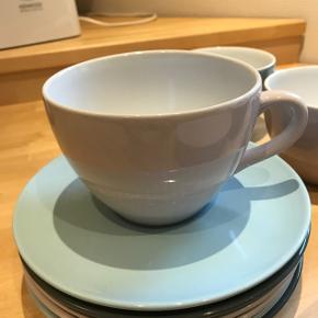 Jumbo kaffestel til 6 personer. Har blot stået i flere år i mit skab uden jeg har fået det brugt. Farverne lyserød, lyseblå og mørkegrå. Byd😊