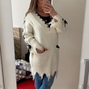Aldrig brugt, flot hvid lang sweater 😍🙌🏼  Lækker til et par sorte leggings!  Np 399,-