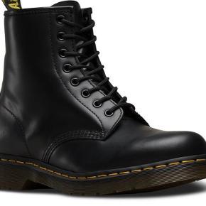 Sælger de her fede DR. Martens 1460 Smooth Original støvler. De er brugt 1 gang, og fremstår næsten som nye. Skriv for flere billeder Kom med et bud!