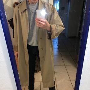 Lækker Burberry frakke, den er stor men God til et oversized outfit. Byd gerne