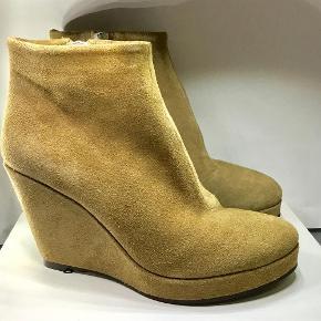 Varetype: Støvler Farve: Sand Oprindelig købspris: 1600 kr.  Aldrig brugt. Til smalle fødder.