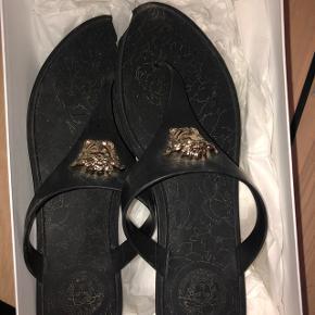 Lækre sandaler fra Versace str 40 (passes af 39-40) - rigtig god stand. Nypris: 1500,- Bud modtages
