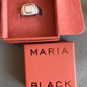 Virkelig fed Maria Black ring, købt i marts 2019, brugt skånsomt, men har alligevel fået små ridser fra brug. NP 1700,-  Str 58