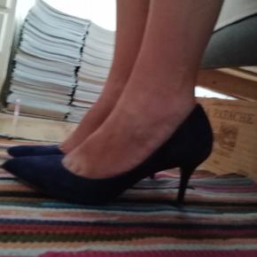 Sælger disse skønne, klassiske stilletter i ruskind, da mine fødder er for brede til dem