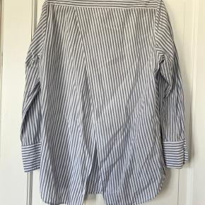 Asymmetrisk skjorte fra H&M Consious Exclusive. I bomuld/silke. Fine detaljer for og bag.
