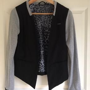 Fin jakke med grå bomuldsærmer, leopard mønstret foer, str. 164 cm men virker lidt lille i str, ikke- ryger
