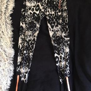 Et par mønstrerede leggings til træning fra Sofie Schnoor, i en str. 14 år (164 cm) - svarer nok til en XXS.  Brugt 1 gang Ny pris 450kr