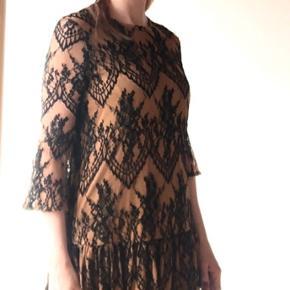 Smuk Ganni kjole med blonder og beige 'underkjole'