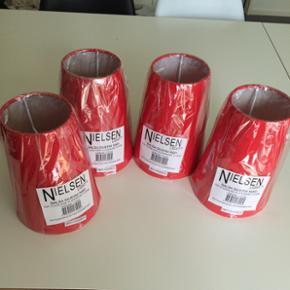 4 fede lampeskærme - helt nye stadig med folie. De passer ikke til vores lamper 😩  Nielsen light  Salsa skærme røde  Top:10cm Bund:15 cm Højde:20 cm  Helt nye. 6705 Mp 50,- pr.stk  Ny pris - 40,- pr stk.