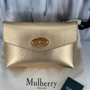 Flot guld farvet cosmetic pouch. Brugt få gange.  Dustbag og tag medfølger. Sælges kun hvis rette pris opnås.