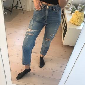 Fede jeans fra H&M i en str 27, men passer en s-m. Højtaljede. Næsten ikke brugt.   Pris: 150 kr  BYD GERNE  Tjek også mine andre varer☺️💐🌞
