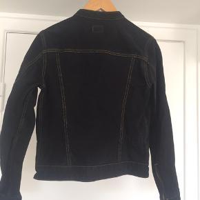 Fineste retro jakke fra Calvin Klein (fra start 00'erne) med kontrastsyninger   Jeg sender kun mine ting og prisen er uden porto