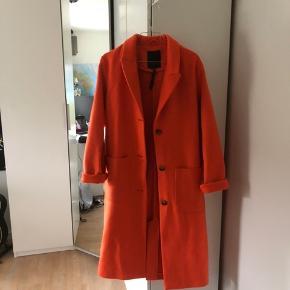 Super cool, orange jakke fra FREEQUENT🌼 Brugt få gange (hænger lidt skævt på bøjlen, men er altså 'lige' i virkeligheden😉)